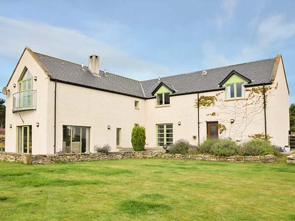 STRATHNAVER, woodburning stove, hot tub, private garden, off road parking, in Kinross, Ref 925734 - Image 1 - Kinloss - rentals
