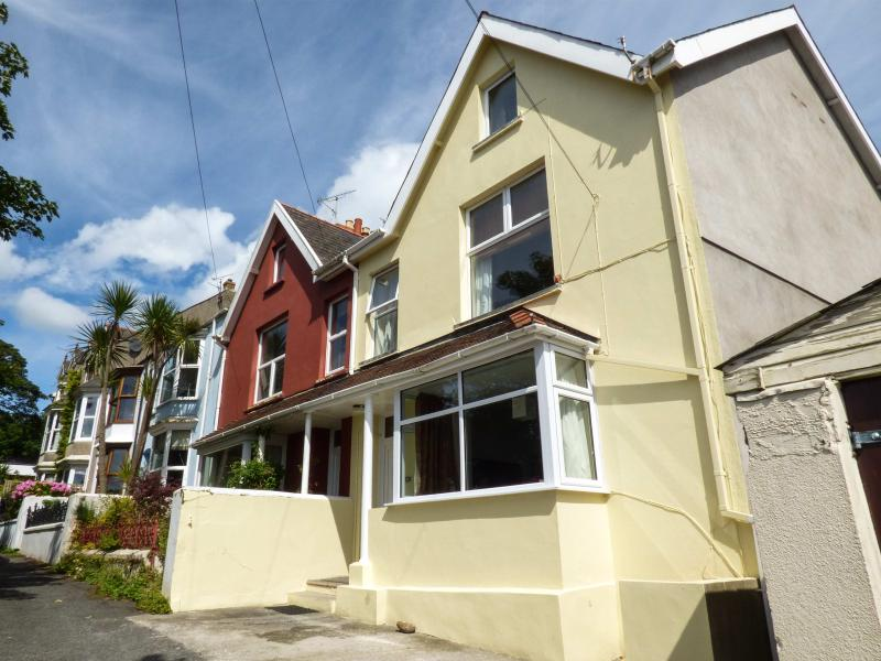 GWYLAN APARTMENT, apartment with WiFi, enclosed courtyard area, close to amenities, in Tenby, Ref. 927598 - Image 1 - Tenby - rentals