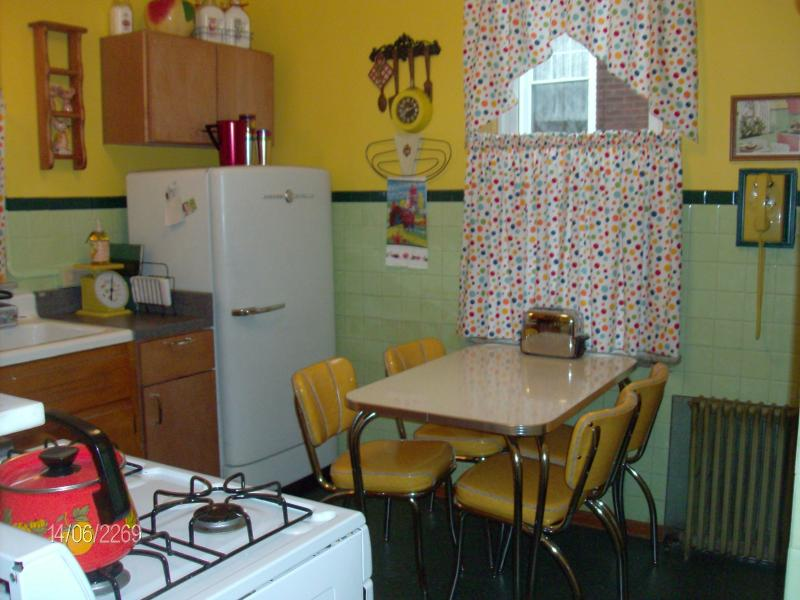 Nifty 1950s kitchen to percolate a pot of fresh coffee! - The Good Ol' Days Nostalgic Guest House - Belle Vernon - rentals