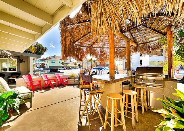 Fantastic outdoor area to BBQ under the palapa or to relax under the sun. Enough seating for 10 people. - 25% OFF OPEN MAY DATES- Tiki Bar Patio, Steps to Beach, Restaurants and Bay - Newport Beach - rentals
