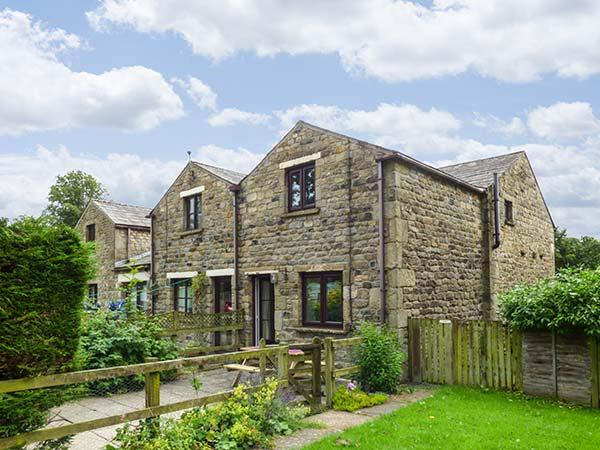 OCTOBER COTTAGE, good walking base in Three Peaks country, Clapham, Ref 914663 - Image 1 - Clapham - rentals
