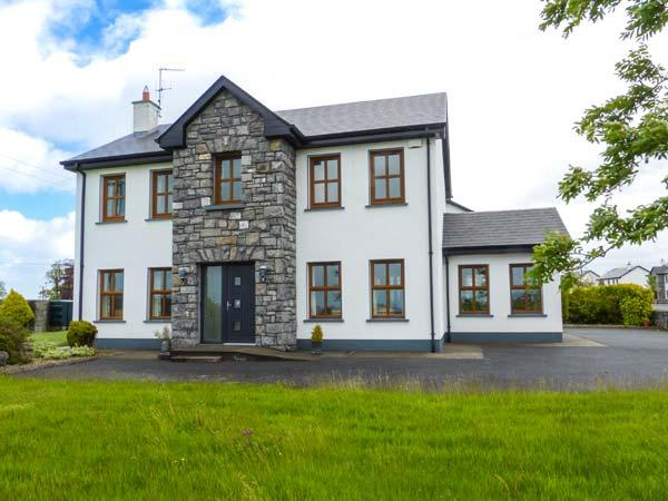 1 COIS NA COILLE, solid fuel stove, child-friendly garden, off road parking, great touring base, near Lougghrea, Ref. 921676 - Image 1 - Loughrea - rentals