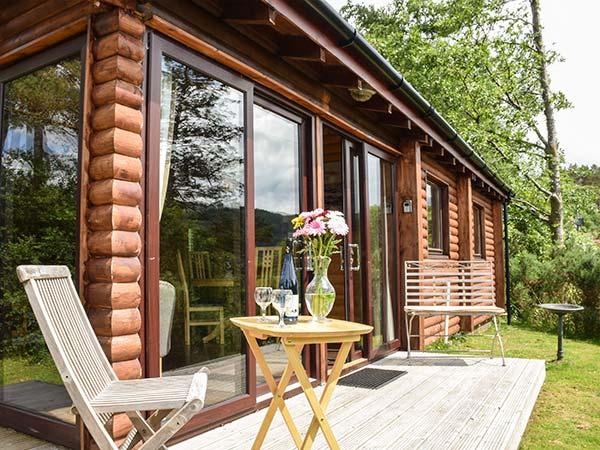 STAFFA, pet-friendly quality cabin, loch views, deck, WiFi, Strontian Ref 926249 - Image 1 - Strontian - rentals