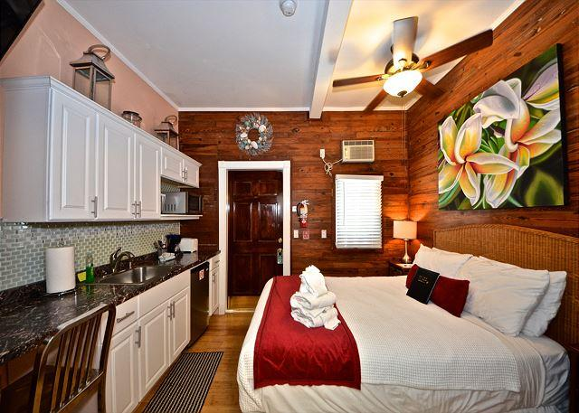 This studio has all you need to feel right at home - Coral Cove - Cozy & Condo In Down Town Key West. Close to Fine Dining Spots! - Key West - rentals