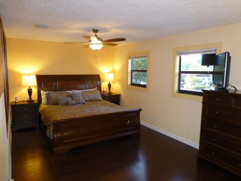 Master bedroom King size bed upstairs - Miami/FtLauderdale Cnty Line Townhouse 8mi 2 beach - Miramar - rentals