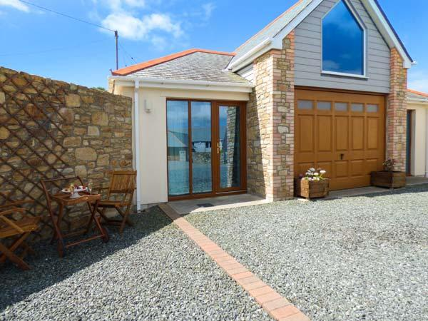 THE BOATHOUSE luxury ground floor apartment, open plan living, close to coast in Mullion Ref 925595 - Image 1 - Mullion - rentals