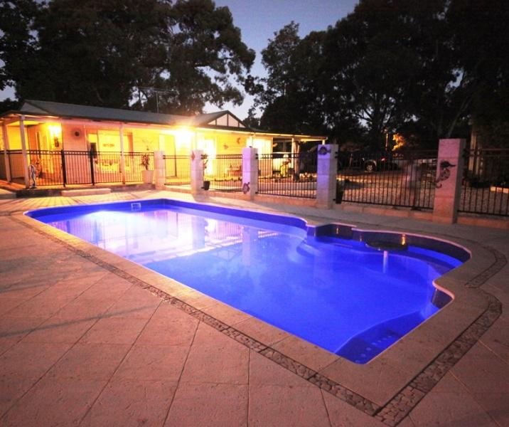 Pool at dusk - A country homestead close to the city. - Wattle Grove - rentals