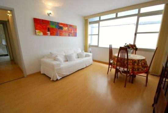 Living room area with a comfortable coach and a lots of natural light - Beautifull 2 bedrooms apt in Leblon - 1 block from the beach - Rio de Janeiro - rentals