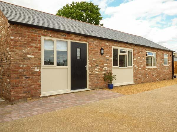 SUNNYSIDE COTTAGE, all ground floor, open plan living, in rural location, near King's Lynn, Ref 926585 - Image 1 - King's Lynn - rentals