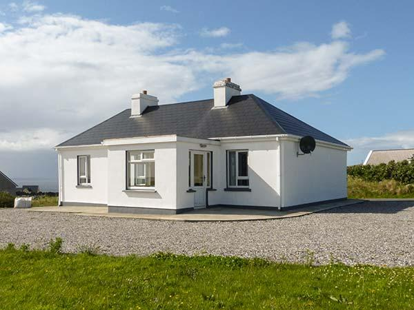 TEACH SHEONAI, detached, ground floor cottage, en-suite, open fire, sea views, in Brinlack, Ref 926617 - Image 1 - Brinlack - rentals
