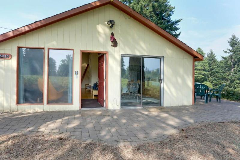Peaceful & dog-friendly near Mt. Hood, Columbia Gorge & only three miles to town - Image 1 - Oregon - rentals