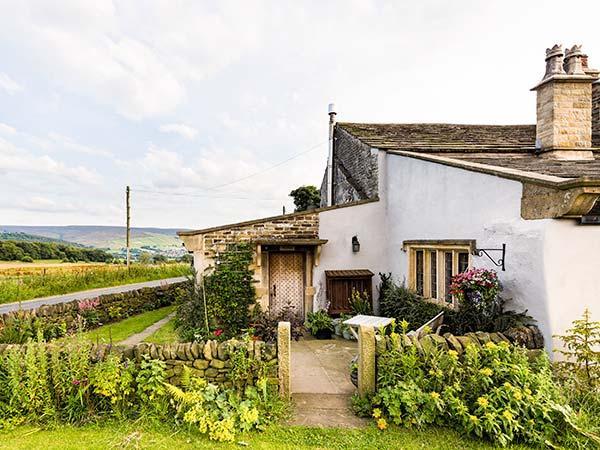 ALLMANS HEATH BYRE, charming single-storey cottage with views, garden, woodburner, Glossop Ref 17687 - Image 1 - Glossop - rentals