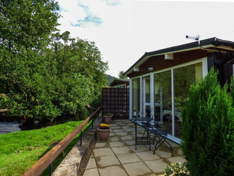 RIVER'S NOOK, romantic cabin, bedroom with en-suite shower, WiFi, lawned garden, in Llangynog, Ref 928719 - Image 1 - Llanrhaeadr ym Mochnant - rentals