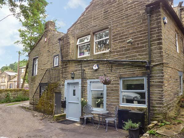 DOVE COTTAGE, ground floor, king-size bed, pet-friendly, romantic retreat, in Haworth, Ref 926599 - Image 1 - Haworth - rentals