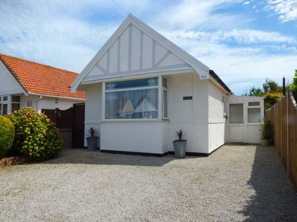 LITTLE HAVEN, single-storey, pet-friendly, enclosed garden, close to beach, near Clacton-on-Sea, Ref 21794 - Image 1 - Essex - rentals