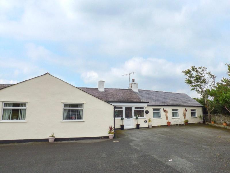 CAE GLAS, detached, enclosed garden, games room, BBQ hut, woodburner, near Valley, Ref 912186 - Image 1 - Valley - rentals