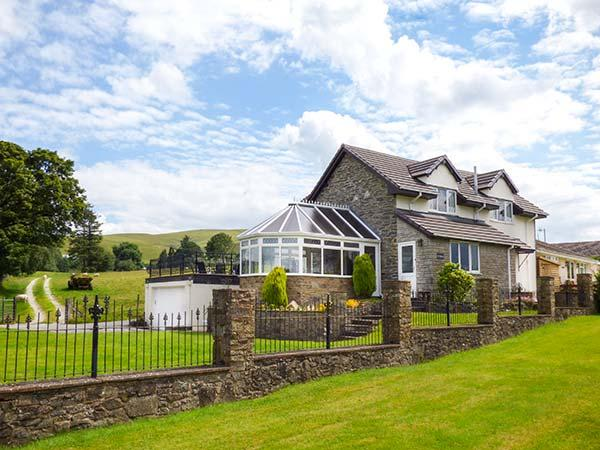 TRE GARREG, pets welcome, en-suites throughout, pool table, WiFi, woodburner, great base near Rhayader, Ref. 926990 - Image 1 - Rhayader - rentals