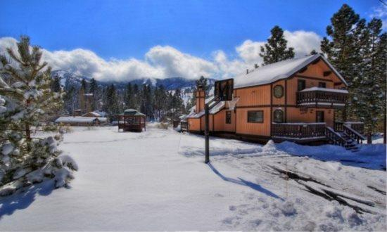 Clydes Chalet in Winter! - Clyde`s Chalet: Spa, Pool Table, Ski Resort Views - City of Big Bear Lake - rentals
