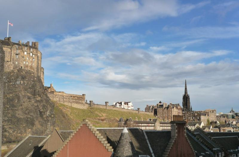 View of Edinburgh castle esplanade from living-room window - 23 Cordinersland: Close to vibrant Grassmarket - Edinburgh - rentals