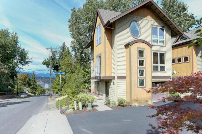 Colorful and spacious, three story home w/ gourmet kitchen - walk to downtown - Image 1 - Hood River - rentals