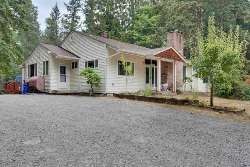 Riverfront retreat for entertaining  with private hot tub! - Image 1 - Molalla - rentals