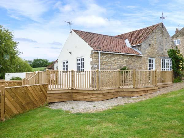 PRIMROSE COTTAGE, ground floor barn conversion, parking, decked patio, in - Image 1 - Malton - rentals