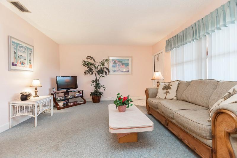 Living Room - Walk to Beach, Shops and Restaurants - Fort Lauderdale - rentals