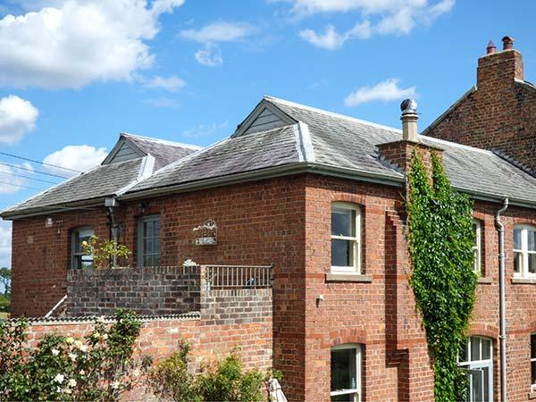 RIVER VIEW APARTMENT, private roof terrace, access to garden, WiFi - Image 1 - West Tanfield - rentals