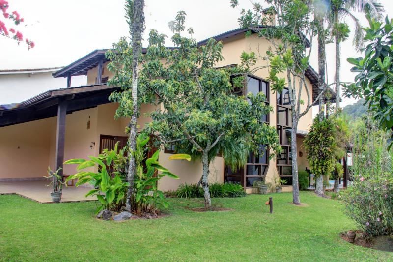 lateral da casa/jardim lateral - PRETTY  BEACH  HOUSE , GORGEOUS GARDEN AND NATURE - Sao Sebastiao - rentals