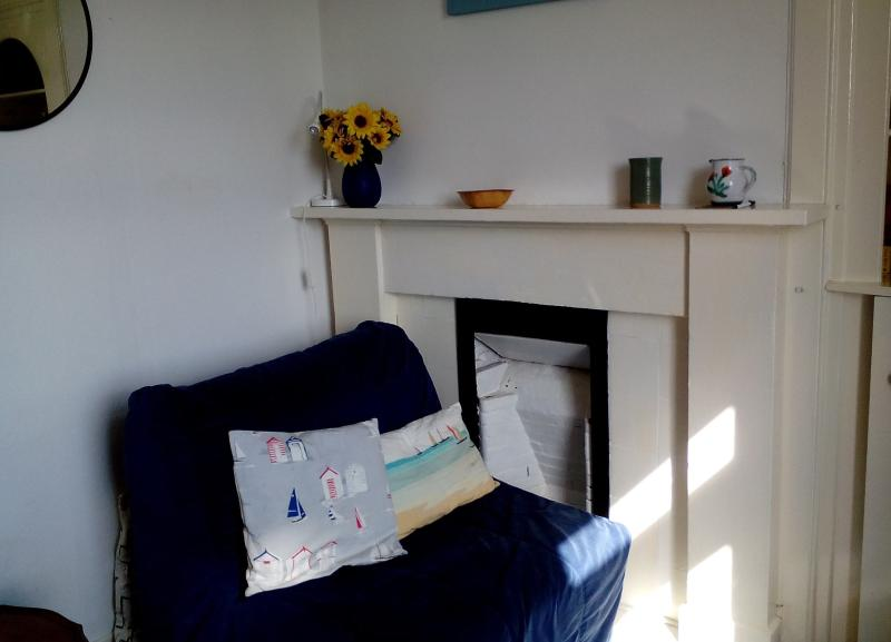 The living room is bright and sunny. - 44 George Street , Millport, Isle of Cumbrae - Millport - rentals