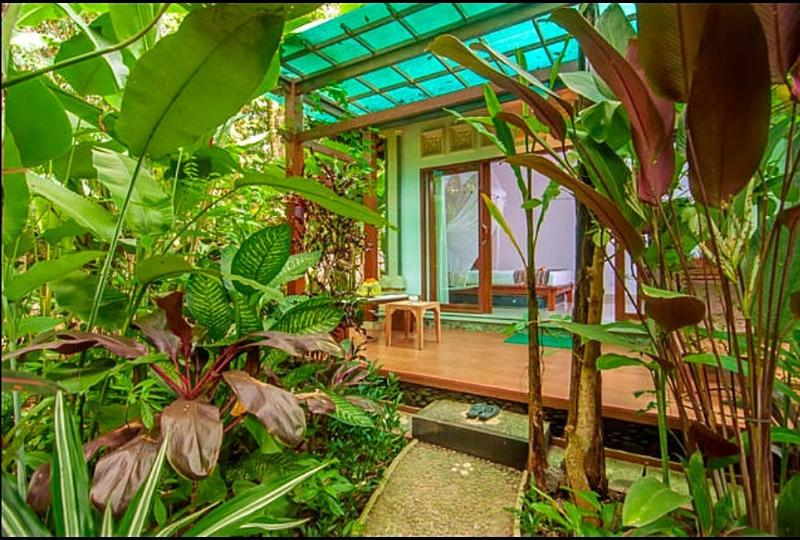 The villa is surrounded by lush tropical garden - Cozy Wayan Sueta Bed & Breakfast - Abiansemal - rentals
