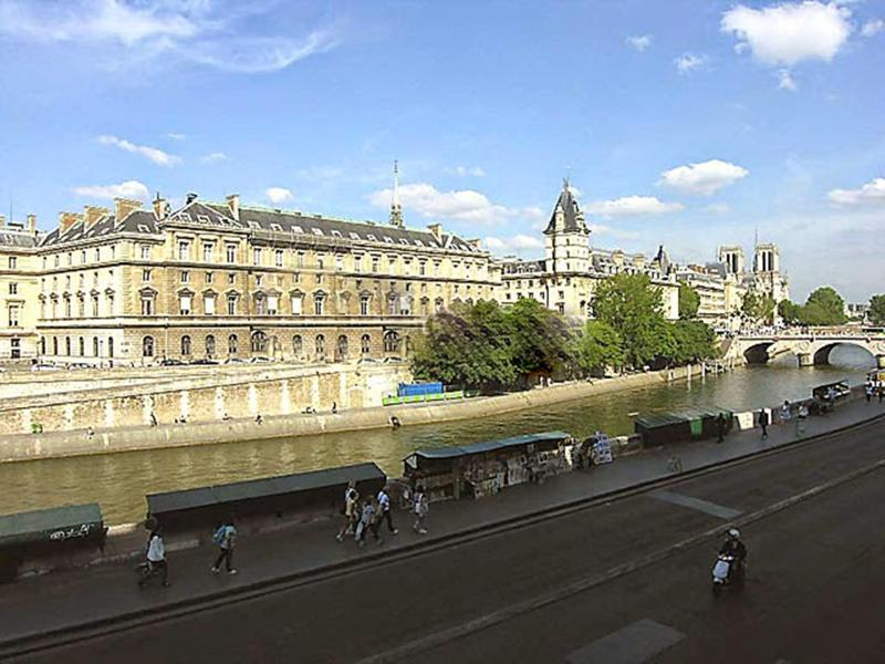 Area:: Here is the wonderful view of the Pont Neuf, Seine river and Notre Dame de Paris. - 3BR WITH STUNNING VIEWS OF SEINE &AIRCON - Paris - rentals