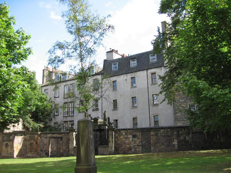 The apartment from Greyfriars churchyard - Greyfriars 6: quiet Edinburgh City Centre retreat - Edinburgh - rentals