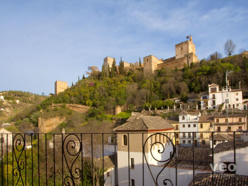 View up towards the Alhambra from the balcony - veoapartment - Carnero | Balcony with views of the Alhambra - Granada - rentals