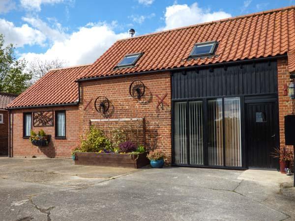 MILL FARM BARN wheelchair friendly, ground floor bedroom with en-suite, woodburner in North Elmham, Ref 25789 - Image 1 - North Elmham - rentals