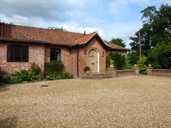NUMBER ONE RICHMOND CHURCH BARNS, pets welcome, en-suite, in Saham Toney, Ref. 927272 - Image 1 - Saham Toney - rentals