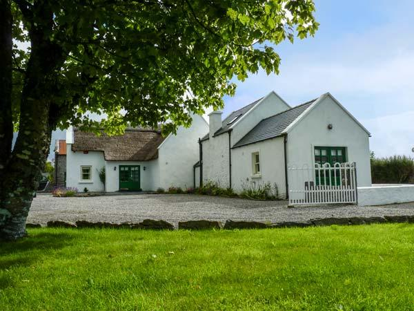 ANNIE'S COTTAGE, detached, character features, en-suites, open fire, near Castlebar, Ref 927842 - Image 1 - Castlebar - rentals
