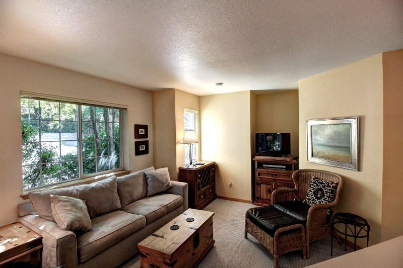 Living Room with Flat Screen TV - Atta Buoy - Cannon Beach - rentals