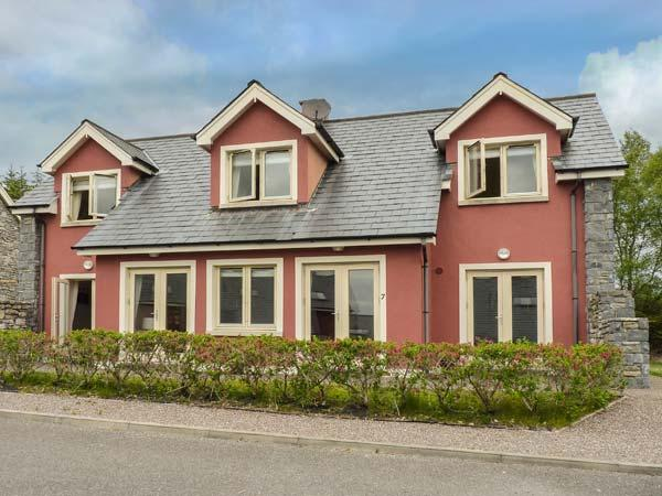 RING OF KERRY GOLF CLUB COTTAGE, en-suite bedroom, 2 sitting rooms, detached cottage near Kenmare, Ref. 926997 - Image 1 - Kenmare - rentals