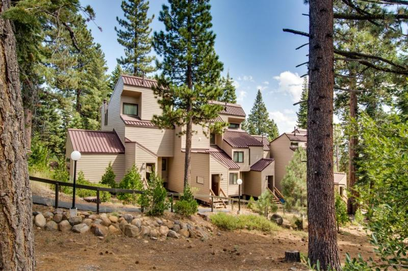 Walk to Lake Tahoe's shore & get access to shared amenities - Image 1 - Carnelian Bay - rentals