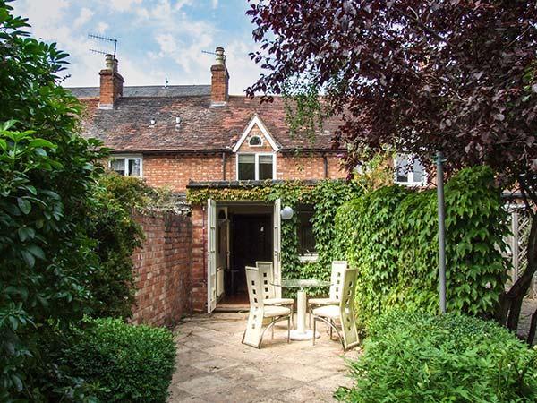 PRIMROSE COTTAGE, terraced, woodburner, parking permit, garden, in Stratford-upon-Avon, Ref 927003 - Image 1 - Stratford-upon-Avon - rentals