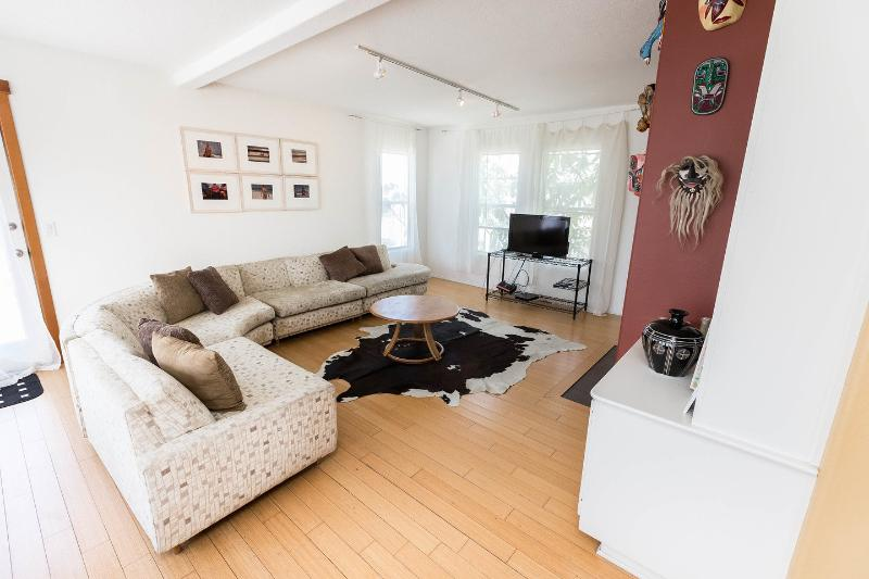 Living Room - 5-Star: Artist's Loft -roofdeck/views Steps 2 Sand - Los Angeles - rentals