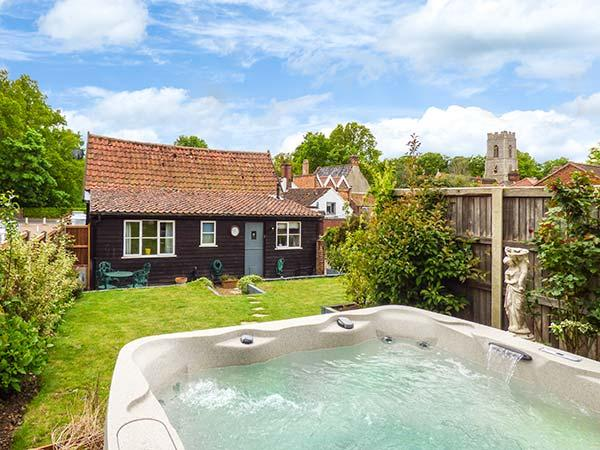 THE BARN, converted barn, hot tub, off road parking, garden, in Coltishall, Ref 919845 - Image 1 - Coltishall - rentals