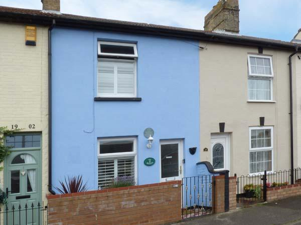 SEA BREEZES, en-suite bedroom, pet-friendly, enclosed courtyard, close to beach, near Lowestoft, Ref 923949 - Image 1 - Lowestoft - rentals