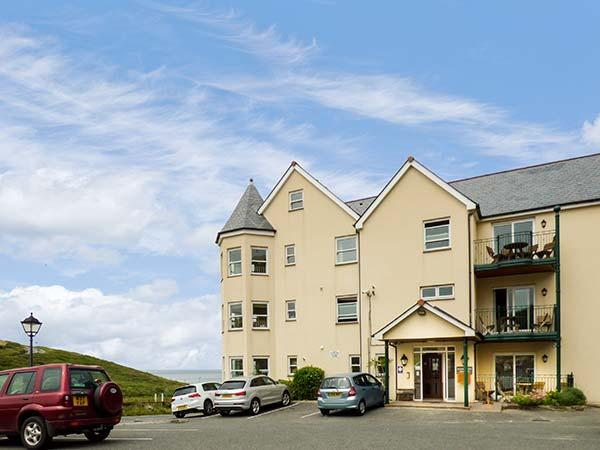 9 BEACHCOMBERS APARTMENTS, off road parking, close to beach, Watergate Bay, Ref. 927397 - Image 1 - Mawgan Porth - rentals
