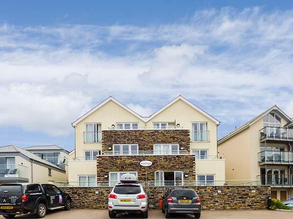 4 THE BEACH HOUSE, beachside apartment, modern, en-suite, patio, parking, Porth near Newquay, Ref. 927941 - Image 1 - Newquay - rentals