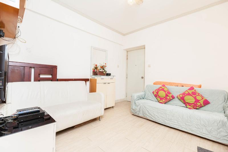 Living Room - Warm Apartment at Ladies Market with 2 Bedrooms - Hong Kong - rentals