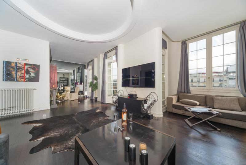 Spacious 1 Bedroom Apartment in Champs Elysees - Image 1 - Paris - rentals