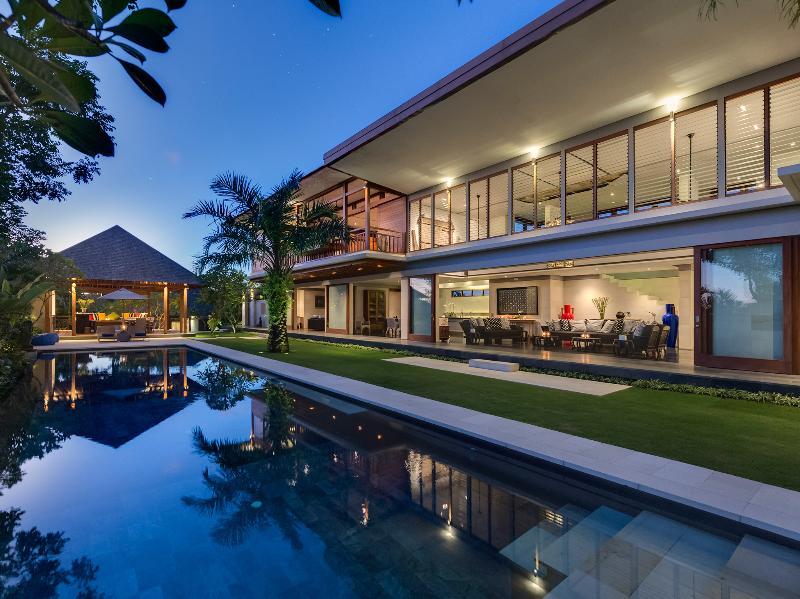 Bendega Rato - Pool view of villa and bale at dusk - Bendega Rato - an elite haven - Canggu - rentals