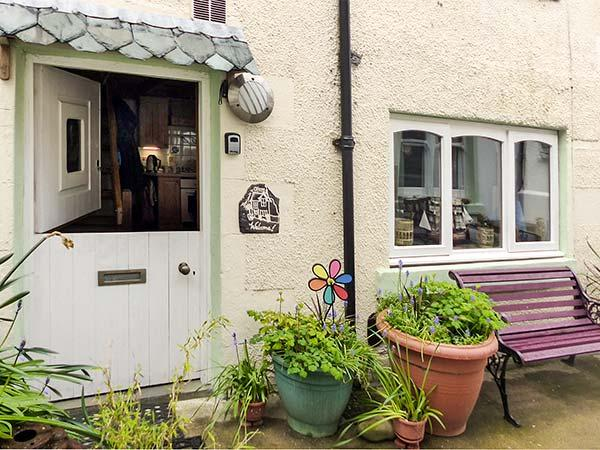 BENJAMIN'S COTTAGE, cosy cottage with WiFi, multi-fuel stove, short walk to sea, in Gardenstown, Ref 30552 - Image 1 - Gardenstown - rentals